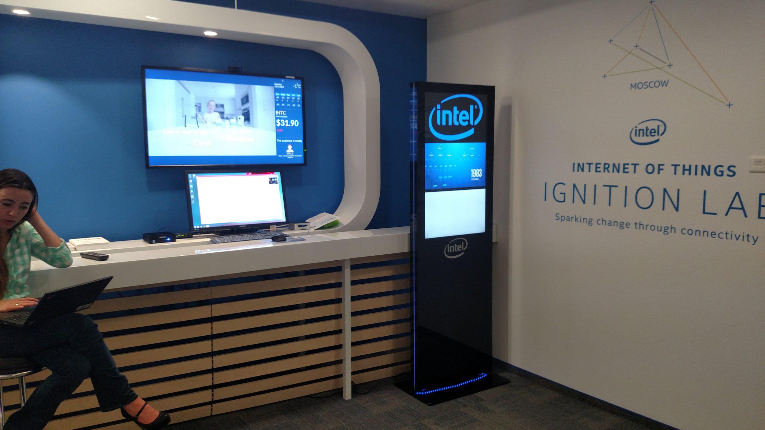 Рекламный киоск Smart Wall в лаборатории интернета вещей