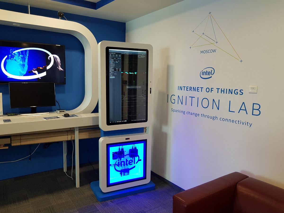Информационный киоск с поворотным экраном