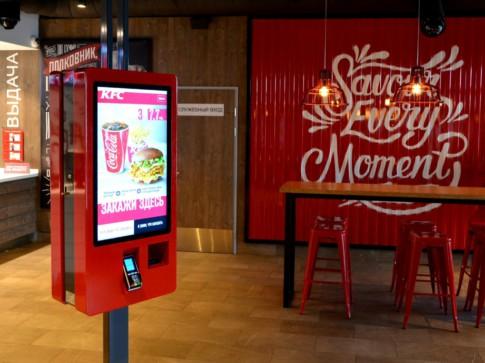 Двусторонний терминал самообслуживания Q-60 Twin в ресторане KFC